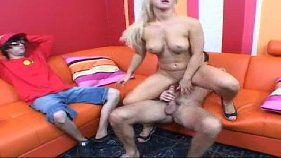 Prostituta loira dando na frente do seu namorado