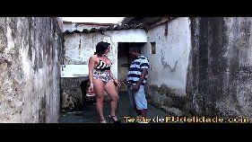 Video porno brasileiro com um negão mais velhinho e bem sem vergonha torando a morena super gostosa no tanque da favela
