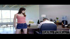 Linda moreninha do acervoamador dando uma trepada com o chefe na mesa do escritório