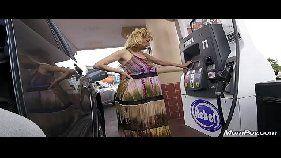Patricinha dando pro namorado no carro