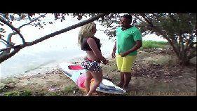 Ninfeta loira fazendo sexo gostoso na ilha do prazer