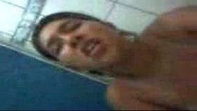 Recepcionista gostosa tocando uma siririca no banheiro