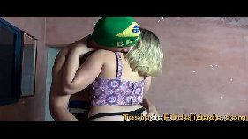 Video porno com uma loirona bem gostosa do Brasil que sabe como sambar com tudo na rola de um favelado