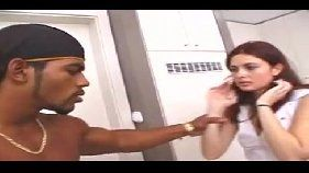 Dois negões gozando na cara da puta depois da dupla penetração