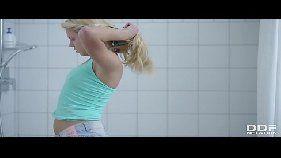 novinha loirinha batendo uma siririca no banho