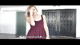 Video de sexo com uma linda loirinha do peitinho pequeno mas que é bem durinho e seu namoradinho que coça sua ppk dentro do carro