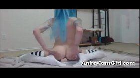 Xvideso com gatinha do cabelo azul se masturbando com consolo