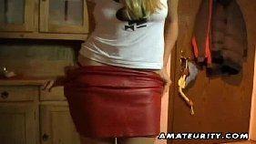 Porno online com loirinha pagando um boquete caseiro
