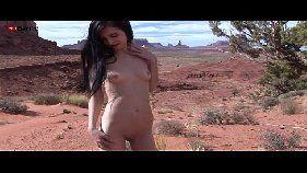 Zoey kush uma magrinha deliciosa se dedilhando no deserto