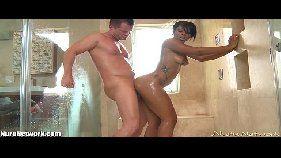 Fodendo a esposa gostosa na hora do banho