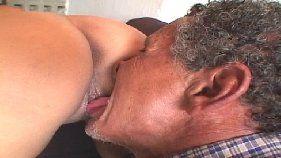 Vídeo incesto com pai mais velho comendo filha puta gostosa