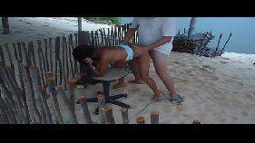 Comendo a moreninha na praia