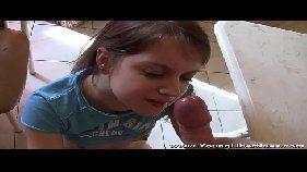 Novinha linda pagando boquete e dando a bucetinha