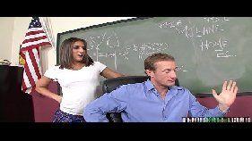 Estudante sexual fazendo vídeo de sexo na sala de aula