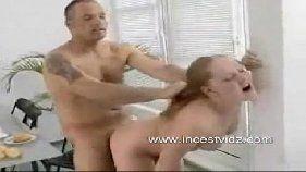 Pai safadão fode a sua filhinha novinha