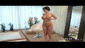 Mulher gostosa babando na rola do macho e depois fudendo de quatro com gosto