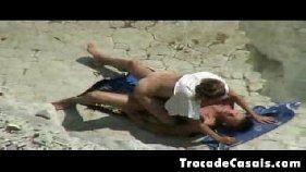 Casal flagrado em publio fazexo sexo em uma praia paradisiaca