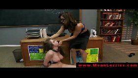 Professora madura dando castigo para a aluna levada