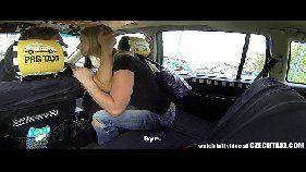 Putinha loira fazendo sexo no carro