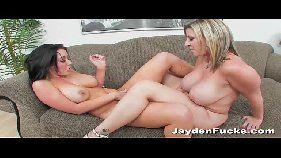 Mamãe danada fazendo sua filha gozar no sexo oral
