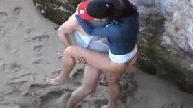 Flagra de sexo com um casal trepando gostoso na praia