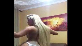 De calcinha ela dançou gostoso mostrando o rabo