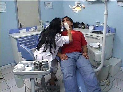 Dentista traçando a paciente