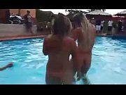 Gostosas peladas na piscina