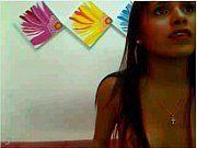 Morena magrinha na webcam sem sutiã