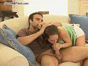 Ninfeta vadia dando a buceta para o comedor no sofá