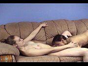 Lésbicas amadoras se chupando no sofá