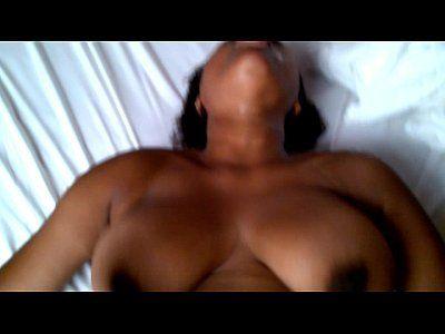 Puta da webcam socando a mão dentro do cú
