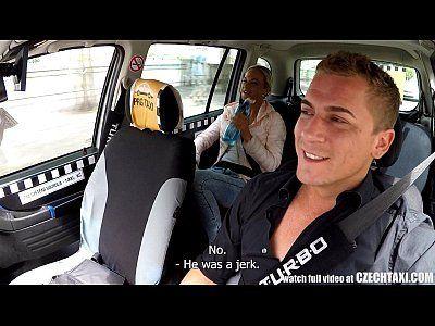 Porno gostoso com loira safada dando no taxi do sexo