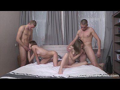 Sexo em grupo com duas ninfetas sendo fodida por dois