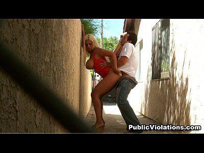 Sexo no beco com loira peituda muito gostosa