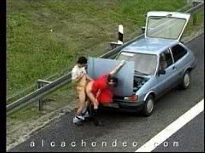 Vídeo de flagra casal trepando na estrada