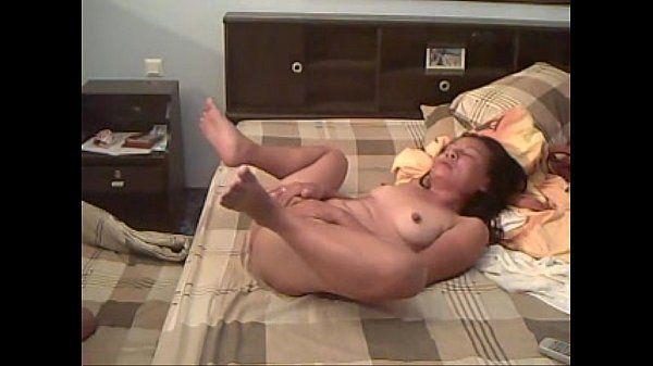 Asiática de vinte anos se masturbando na webcam