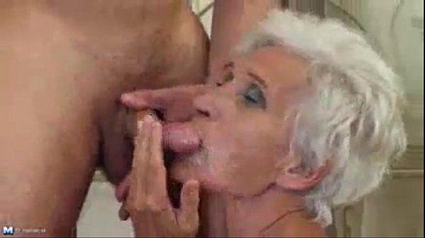 Novinho comendo avó na banheira