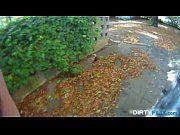Loira mamando e dando na rua