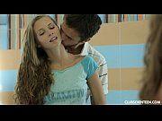 Novinha dando gostoso para o namorado no banheiro do clube