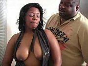 Negão corno compartilhando sua esposa com o amigo