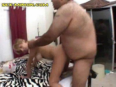 Gordo safado tocando piroca na buceta da cachorra do sexo