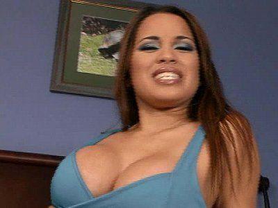 Latina toda maquiada recebendo leite de piroca na cara