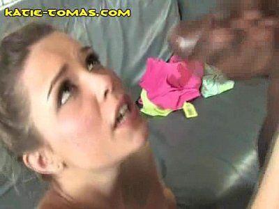 Negão lotando de porra a boca da novinha escandalosa depois do oral