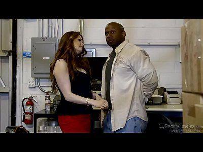 Negão dotado fodendo a mulher do patrão no filme porno