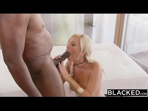 Negra cachorra se masturbando no vídeo de sexo solo