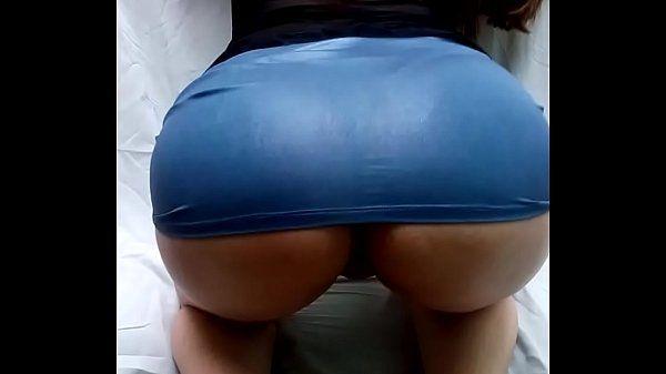 Brasileirinha bunduda mostrando o rabo depois de malhar em casa