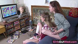 Jogando vídeo game antes de chupar a buceta da amiga