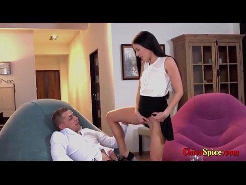 Bucetinha quente Vidio Porno de novinha gostosa fudeno com o padrasto na sala de casa enquanto a mãe foi fazer compras
