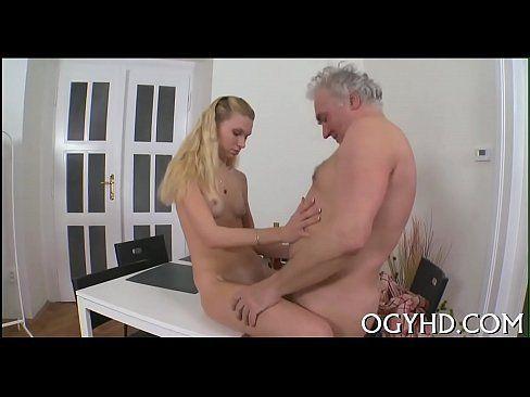 Filme pornô de novinha transando com velho tarado